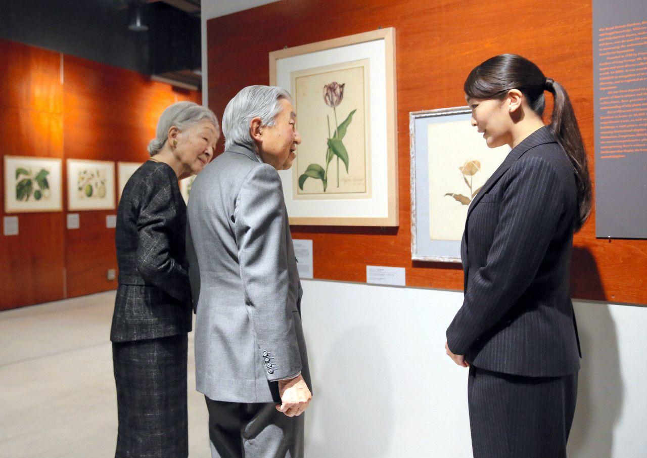 2017年12月、眞子さまの勤務先「インターメディアテク」で、眞子さまから特別展示『植物画の黄金時代――英国キュー王立植物園の精華から』の説明を聞かれる天皇皇后両陛下