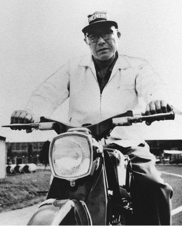 バイクにまたがる本田氏 ©共同通信社