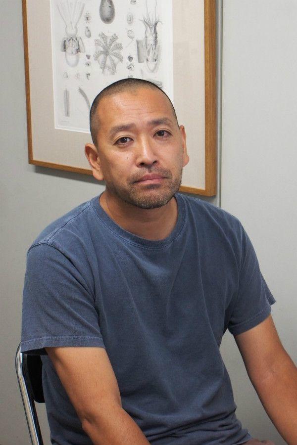 海部健三准教授。背後にあるのはタコの絵で、「以前はイカやタコの研究をしていました」とのこと ©文藝春秋