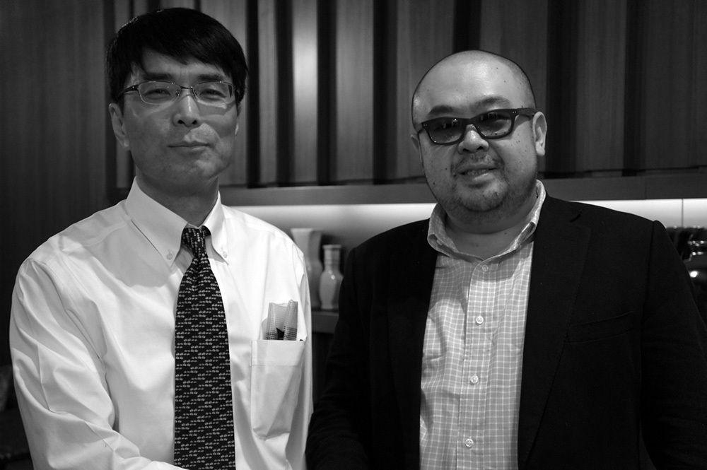 マカオでのインタビューを終えた筆者(左)と金正男氏 写真提供:五味洋治