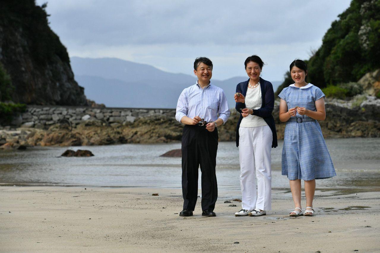 三井浜を散策される皇太子ご一家 ©JMPA