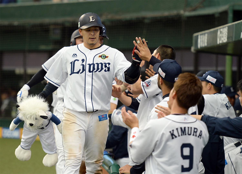 28日の楽天戦、7回裏に3ランを放った浅村栄斗
