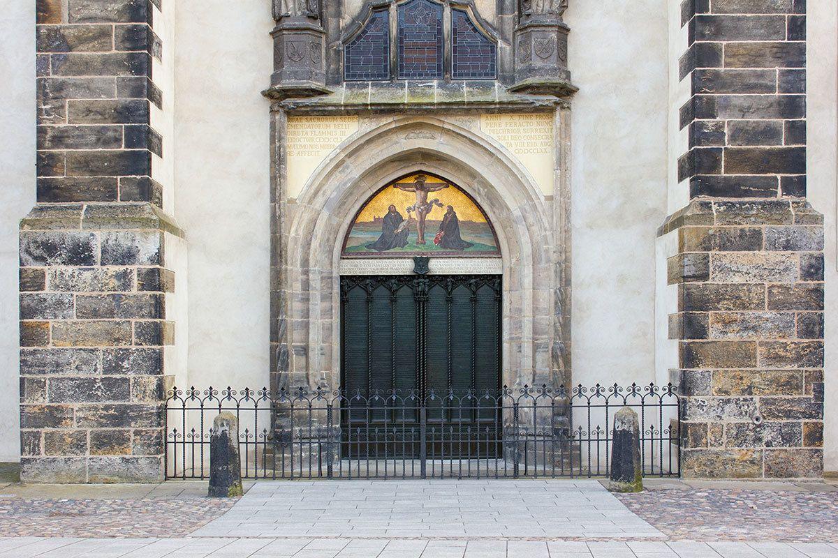 「95ヵ条の提題」が貼り出された教会の扉 ©iStock.com