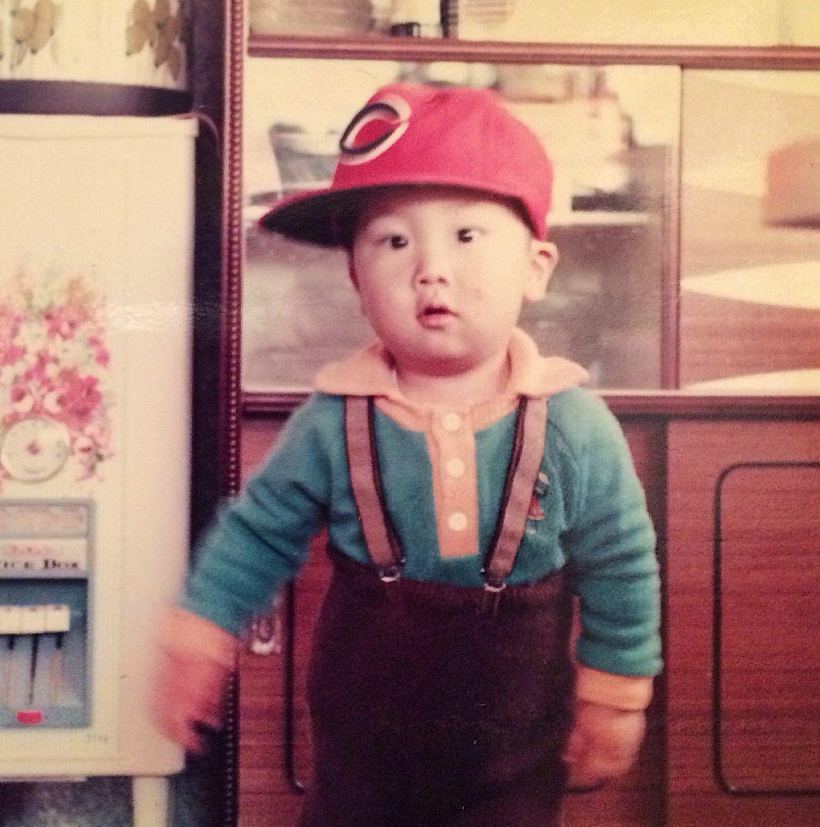 カープ帽を被る幼少期の筆者 ©ガル憎