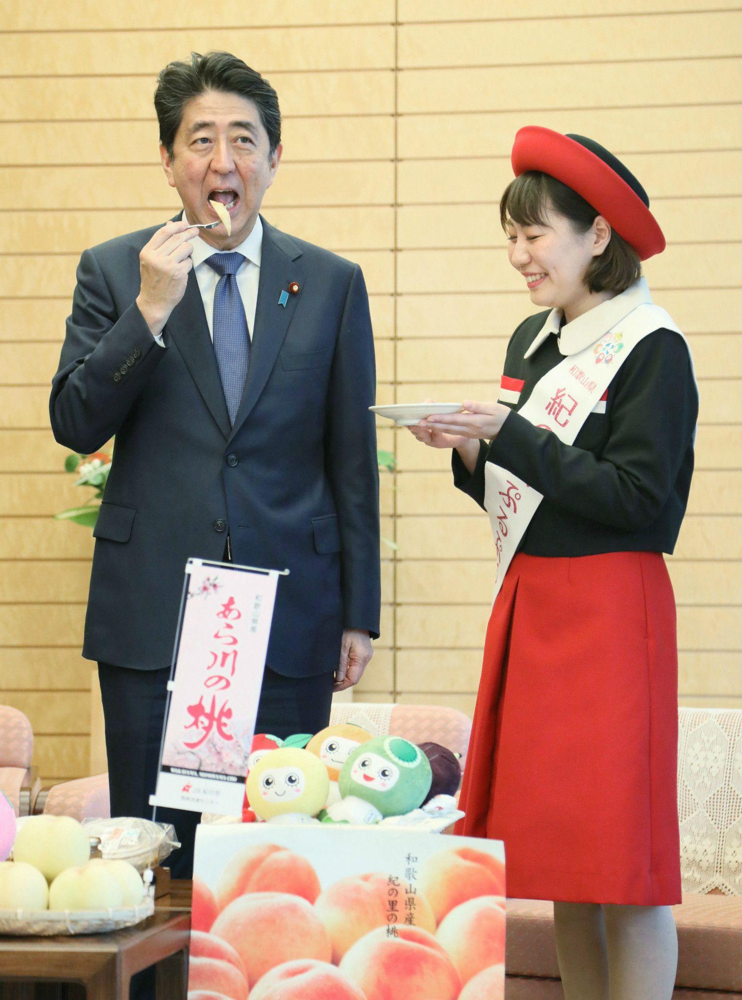 桃はおかわりしたという首相 ©時事通信社