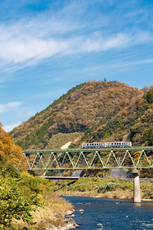 江の川を渡るシーンは三江線のハイライト。2両編成での運転は廃線を控えて乗客が急増したことへの対応(伊賀和志~宇都井)