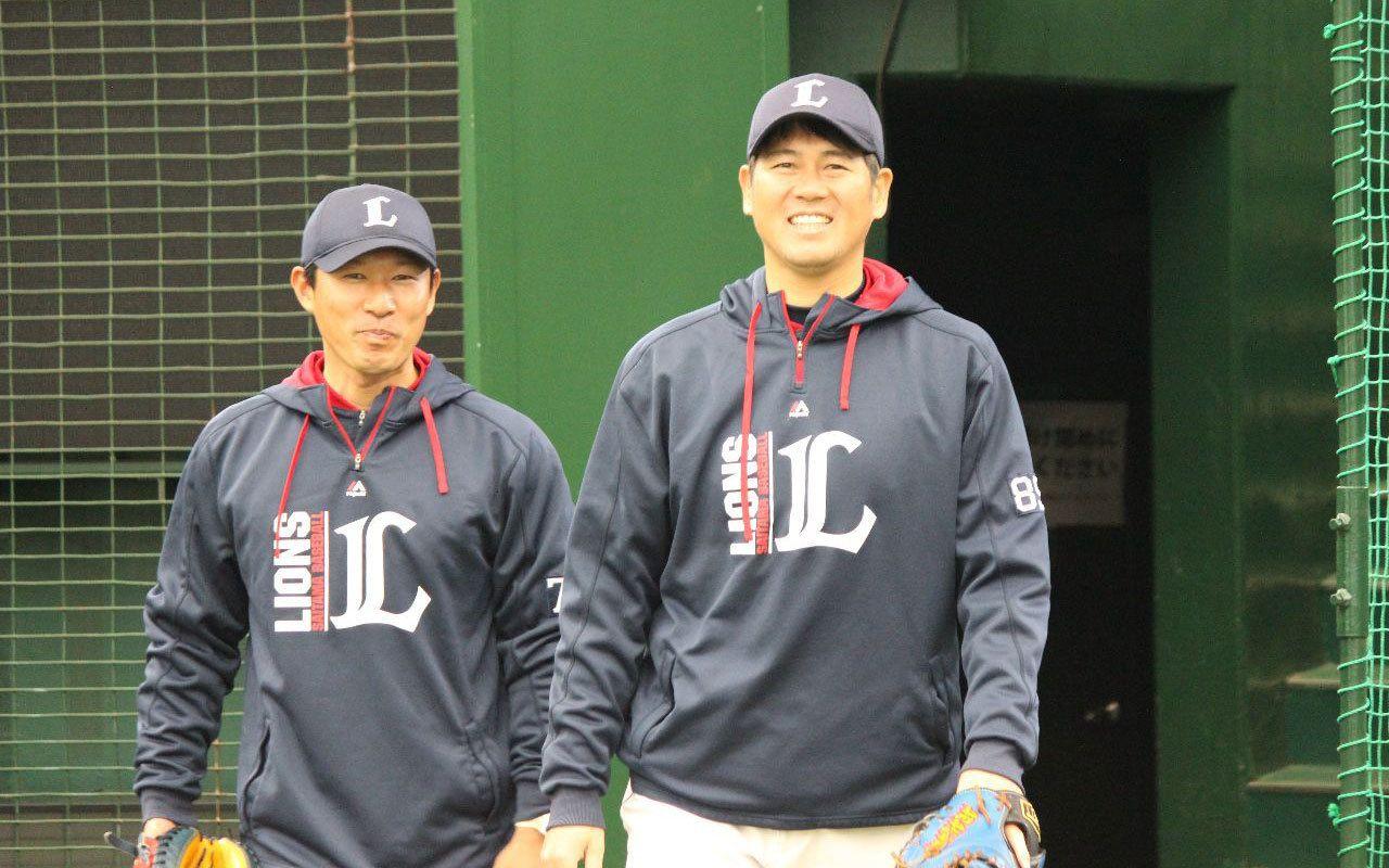 球場入りし練習に向かう森さん(左は土肥コーチ) ©中川充四郎