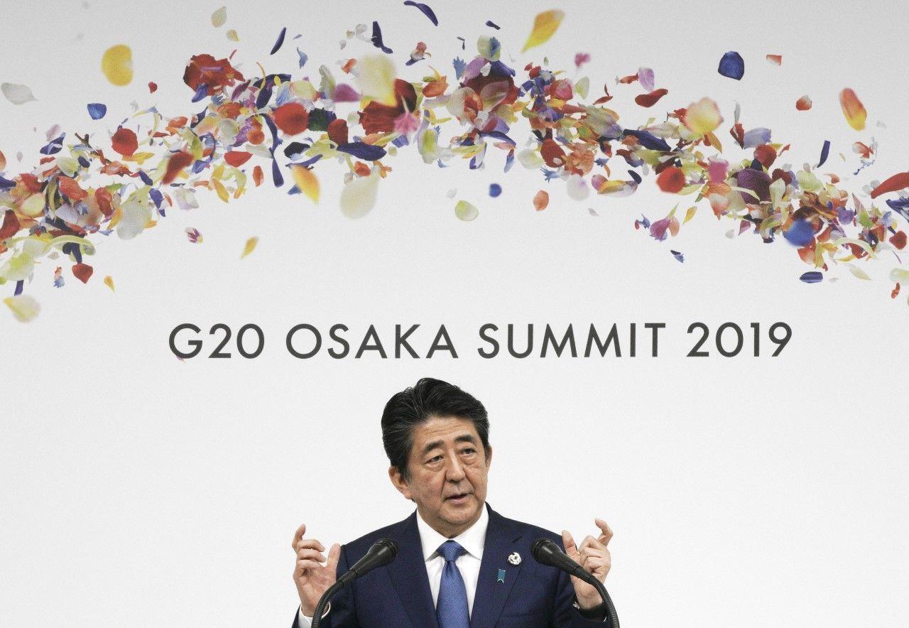 6月29日、G20大阪サミットで議長国会見を行う安倍晋三首相 ©AP/AFLO