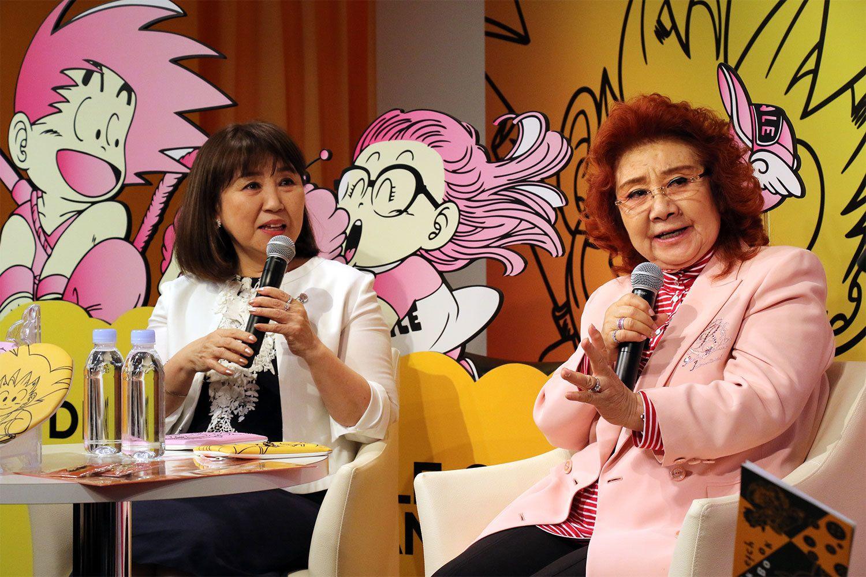 まだまだ現役の野沢雅子(右)※今年5月、伊勢丹本店で行われた小山茉美さん(左)とのトークショーにて ©時事通信社