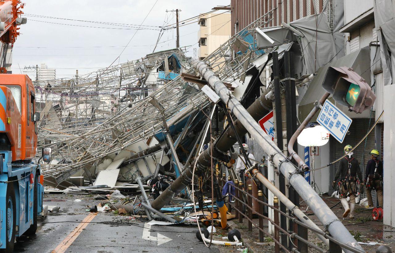 2018年9月4日午後、台風21号の影響で倒壊した信号機や工事現場の足場(大阪市西成区) ©時事通信社