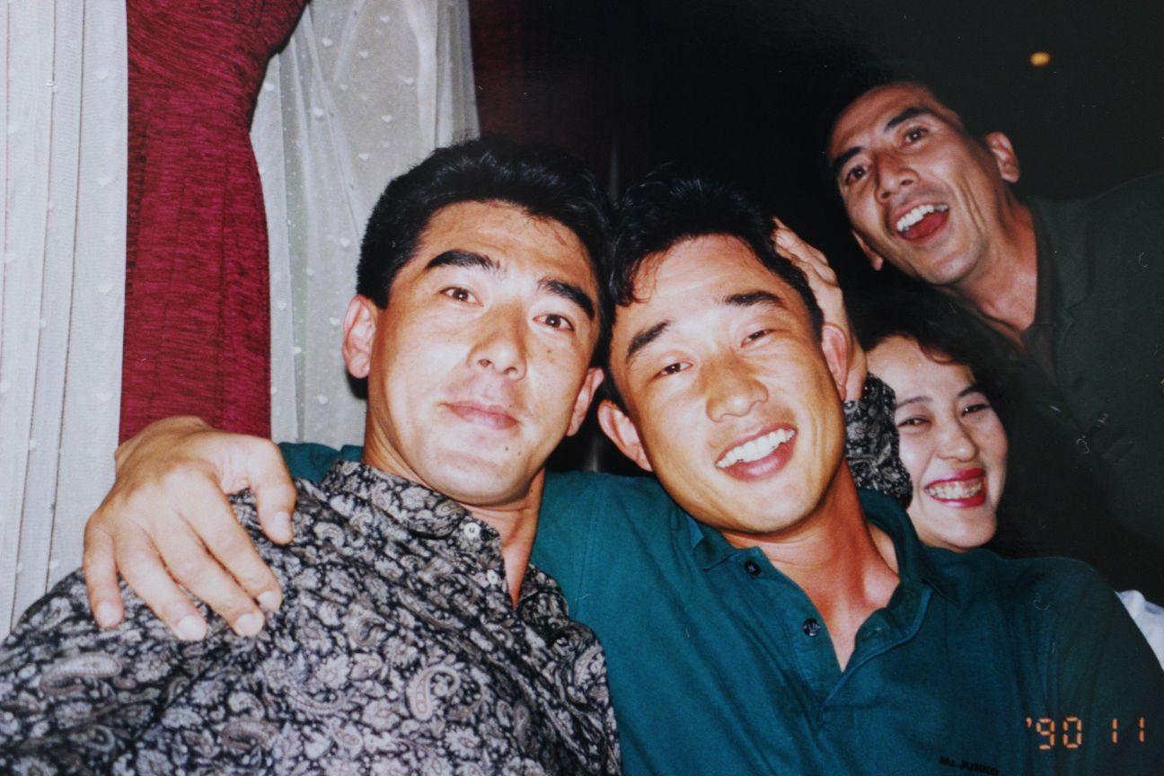 ライトゴロを企画した平野謙(左)と辻発彦監督(その右隣) 右端は筆者 提供/中川充四郎