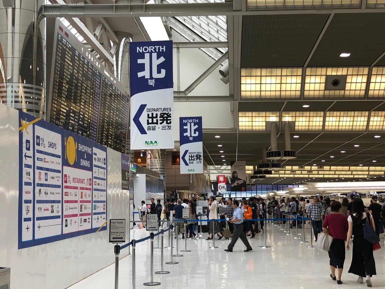 成田空港第2ターミナルの保安検査場前。手前の北側よりも奥の南側のほうが空いていることが多い。