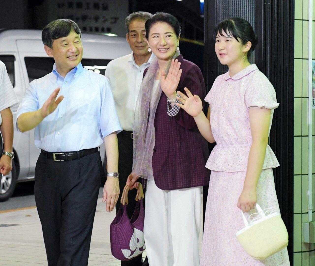 8月1日、伊豆急下田駅に到着され、集まった人たちに手を振られる両陛下と愛子さま ©時事通信社