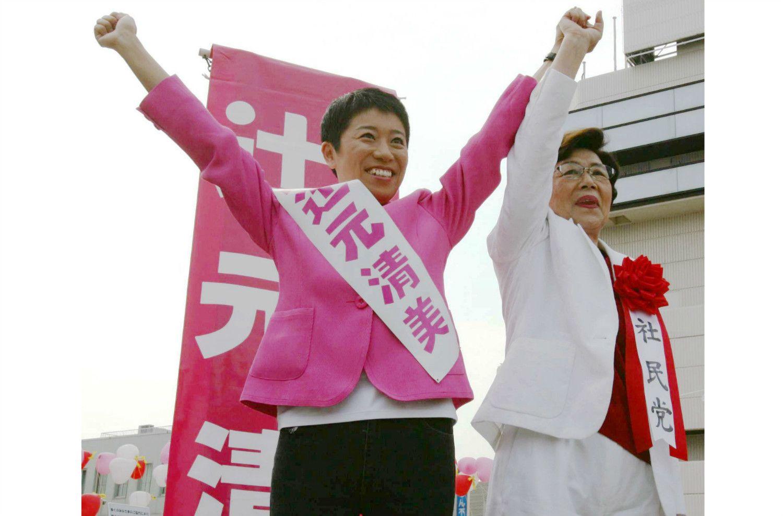 2005年の衆院選、社民党時代の辻元氏。隣は土井たか子氏 ©共同通信社