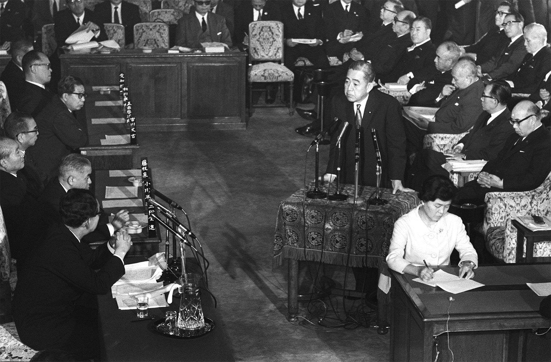 衆議院予算委員会で佐藤栄作首相は非核3原則を堅持することを言明。この発言当時はそれほど注目されなかった ©時事通信社