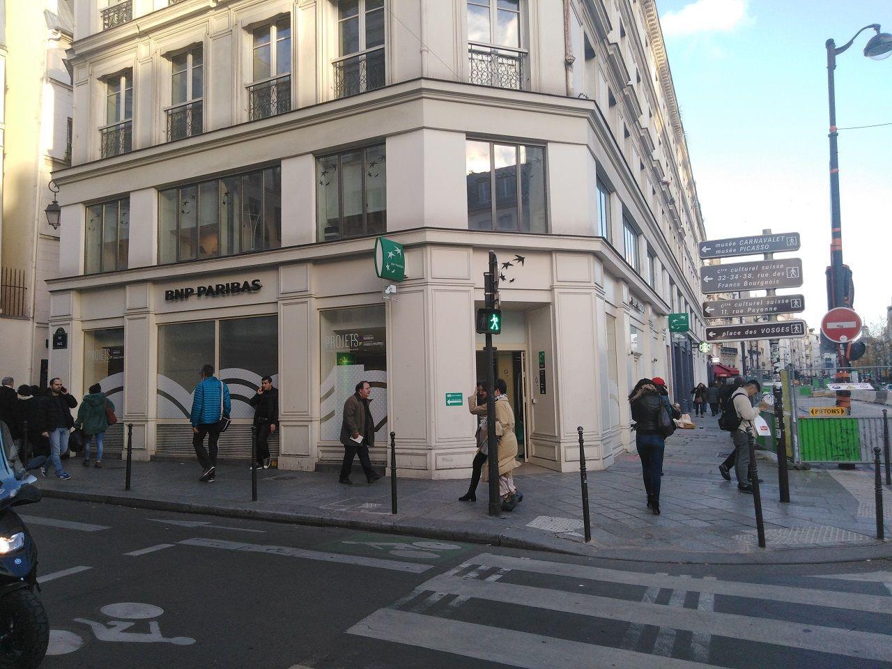大手銀行のとある支店。中はコンビニぐらいの広さだという ©広岡裕児
