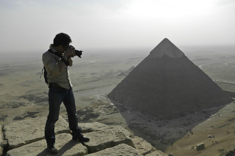 4500年前に建造された大ピラミッドの頂上部からの撮影。眼下にはギザのカフラー王のピラミッドが見えている。 Photo by Momen Badr