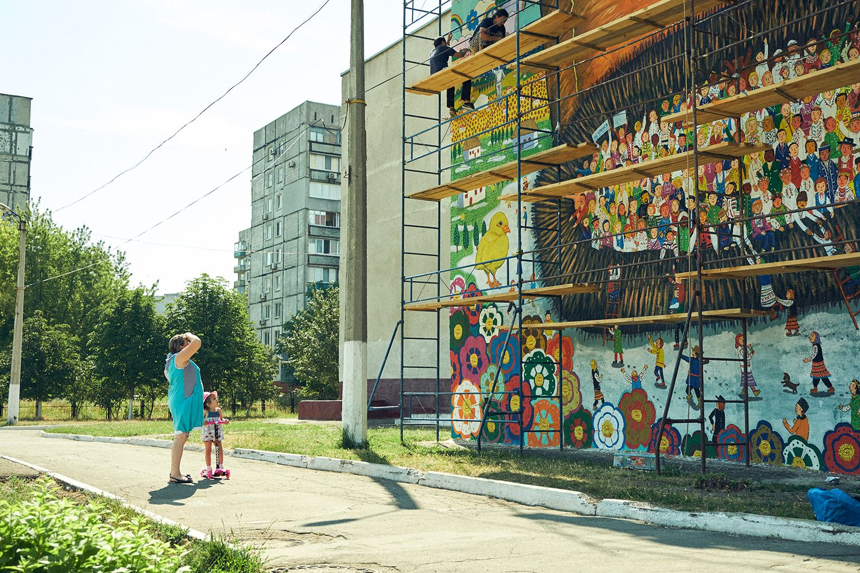 2017年7月1日~8月2日、ミヤザキさん率いる「Over the Wall」」はウクライナ騒乱(2014年)で被害を受けた、同国東部のマリウポリ市で、壁画プロジェクトを行う。 騒乱の折に被弾した弾痕が残る学校(School NO.68)の壁に、国連の難民問題に関する機関UNHCRと協力して制作した。