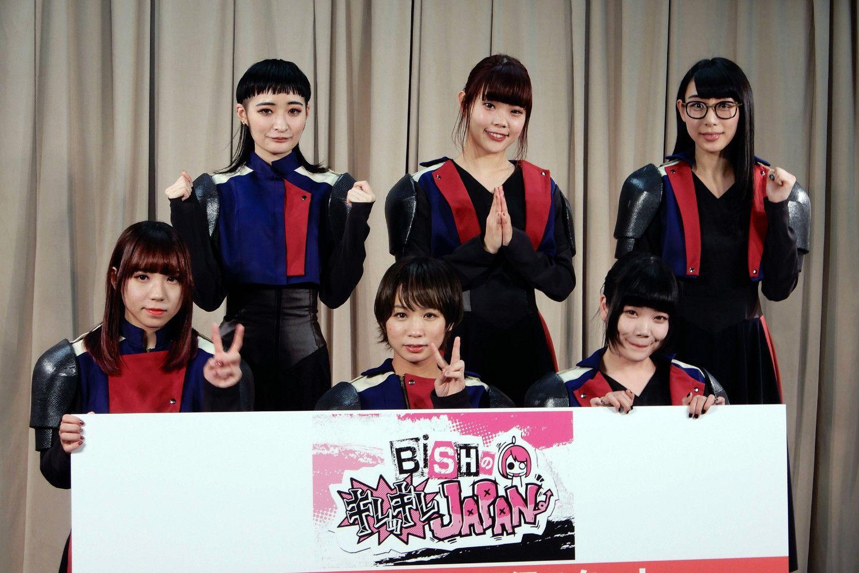 BiSHは6人組のグループ。メンバーは、前列左からアユニ・D、モモコグミカンパニー、セントチヒロ・チッチ。後列左からリンリン、アイナ・ジ・エンド、ハシヤスメ・アツコ