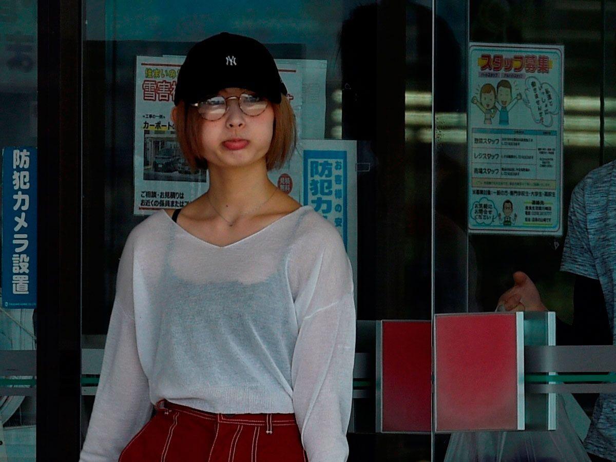 買い出し中の志田 ©文藝春秋