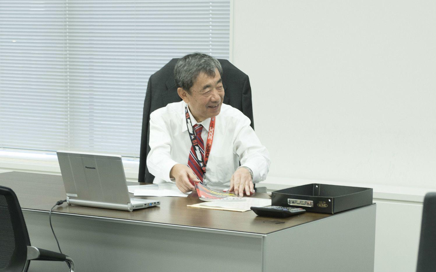 松本会長の席はフロア中央の一番目立つ場所に。