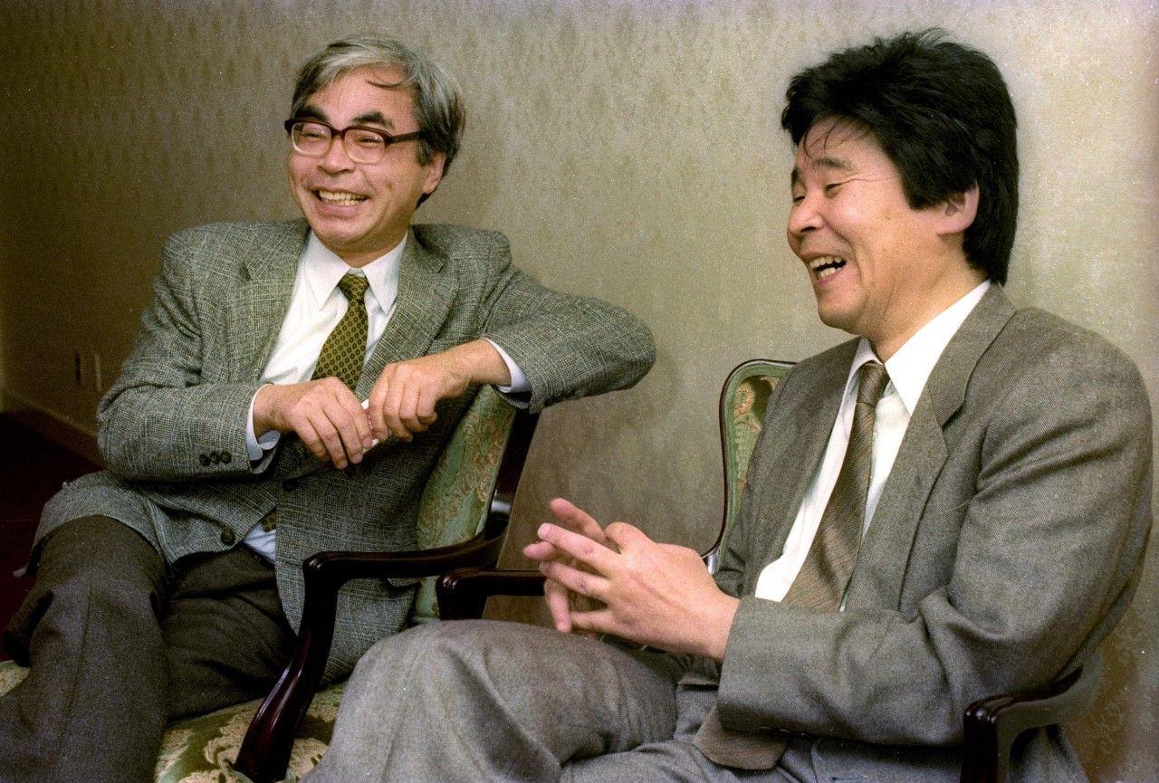 1990年11月、インタビューに答える高畑勲氏と宮崎駿氏 ©共同通信社