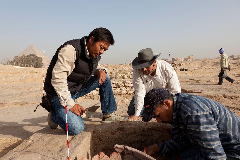 ギザのピラミッド群を造営した人々が生活した『ピラミッド・タウン』での発掘調査中。 Courtesy of Ancient Egypt Research Associates, Inc.