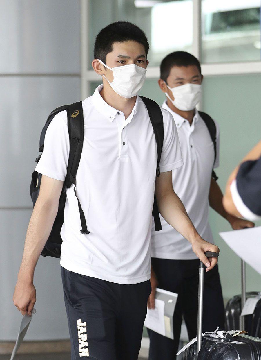 野球のU-18W杯出場で、釜山の空港に到着した佐々木(左)と奥川=8月28日 ©共同通信社
