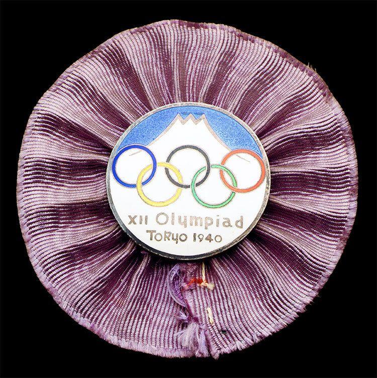 1940年東京オリンピックの公式バッジ。ロゴには富士山が描かれている ©getty