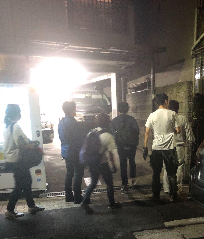 防刃チョッキを着てマンションに入る捜査関係者 ©文藝春秋