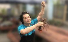 【写真】伊勢エビを持って踊る高橋被告