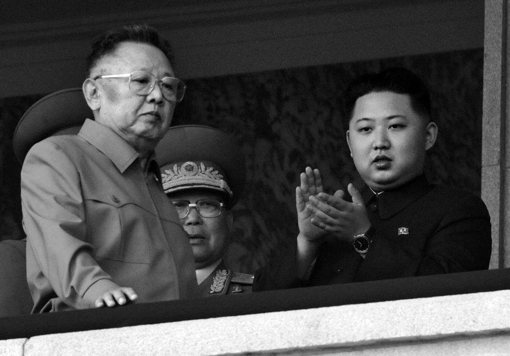 三男・金正恩(右)は父の「先軍政治」を引き継いだ 写真提供:五味洋治