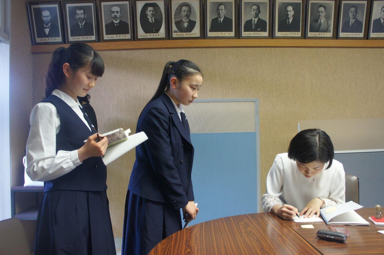 高校生にも大人気の八咫烏シリーズ。講演後、阿部さんの控室には、サインを求める高校生たちの長い列ができた。自分から「握手していいですか?」と阿部さんは生徒一人ひとりと目を見てしっかりと握手していた ©文藝春秋