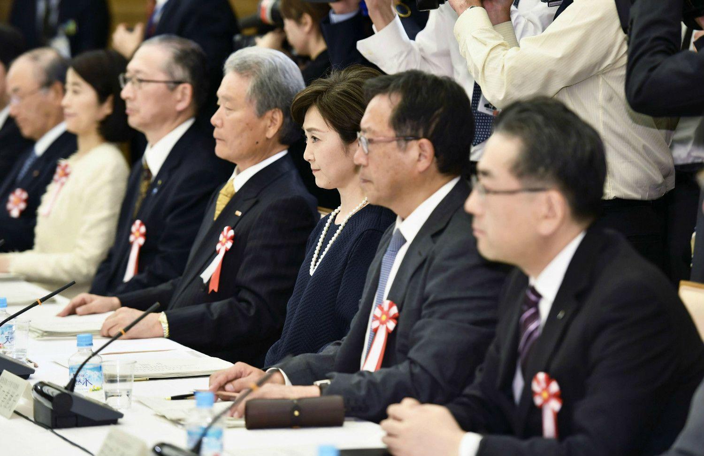2016年の働き方改革実現会議には女優の生稲晃子も参加(中央) ©共同通信社