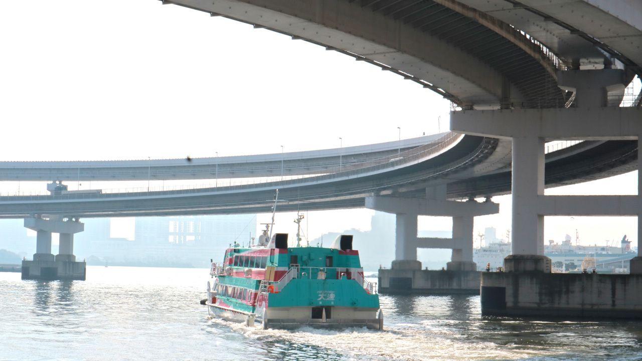 向かいの波止場から伊豆七島方面への船が出ていく