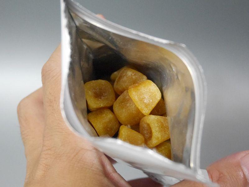 こちらはグミタイプ。1袋の容量は105g=約40粒で、そのままつまんで食べられます