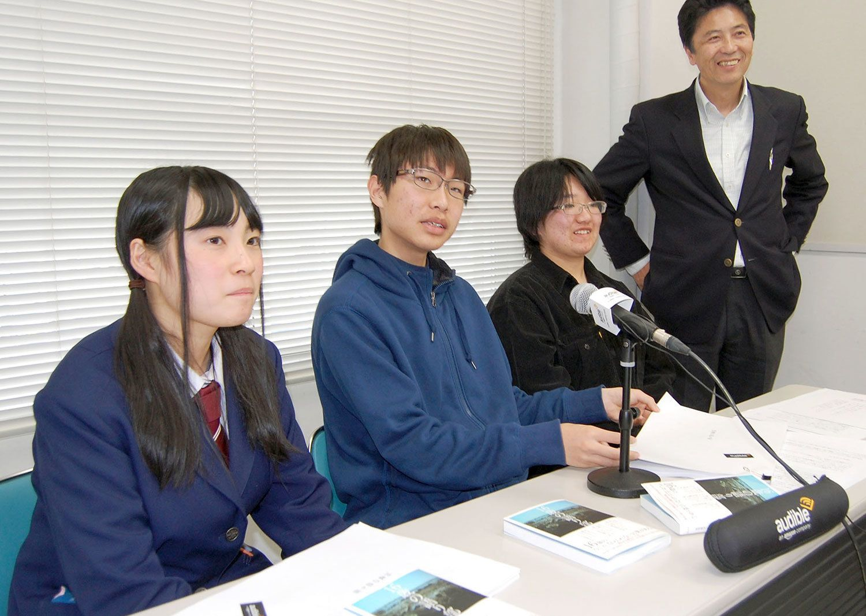 『16歳の語り部』の3人の高校生、左から相澤朱音さん、雁部那由多さん、津田穂乃果さん。右端は佐藤敏郎さん(案内役)。 ©共同通信社