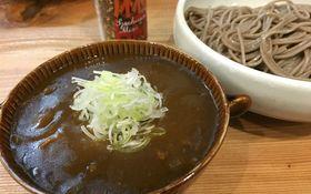 新橋立ち飲みの〆麺に。「かずみんや」の冷たいそばにカレーが絶品!